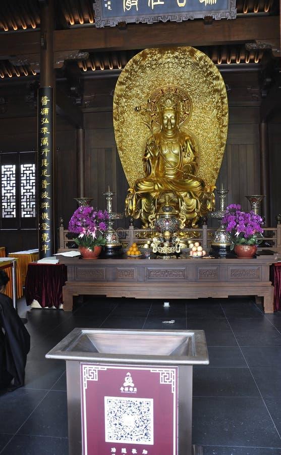 Złocista siedząca Buddha statua od chabeta Buddha Świątynnego wnętrza w Szanghaj zdjęcie stock