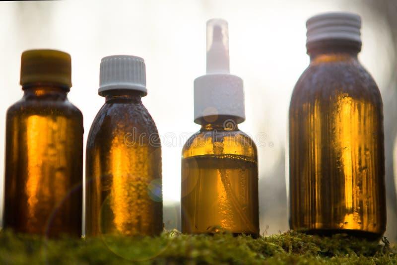 Złociste medyczne butelki - alternatywna medycyna obrazy stock