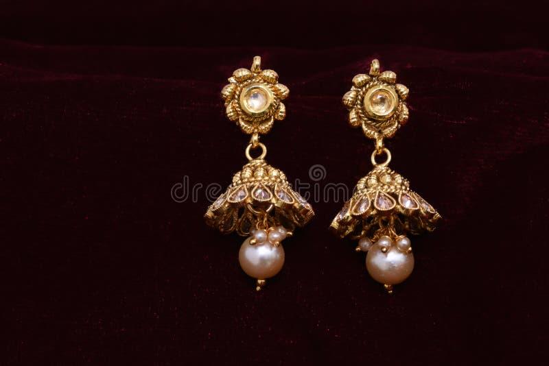 Złota biżuteria - projektanta kolczyki dla kobiety mody para zdjęcia stock