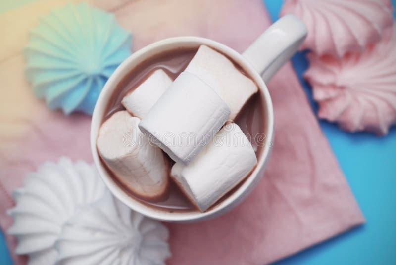 Zéfiro cor-de-rosa e branco dos marshmallows com xícara de café ou cacau em um guardanapo cor-de-rosa fotos de stock