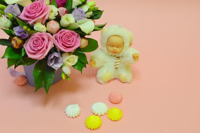 Zéfiro e flores em um fundo cor-de-rosa com espaço da cópia fotografia de stock