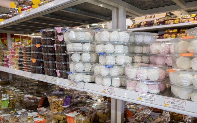 Zéfiro ou marshmallow com cobertura em chocolate e regular para a venda Isr fotos de stock royalty free