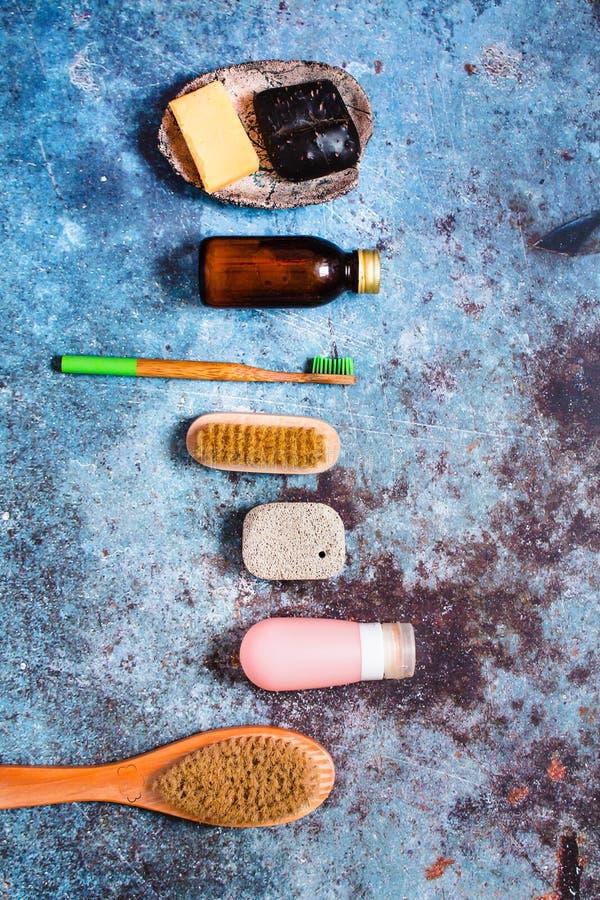 Zéro déchet plastique libre, pinceau à ongles, différents morceaux de savon, tube de silicone sur fond bleu Concept de mode de vi photos libres de droits