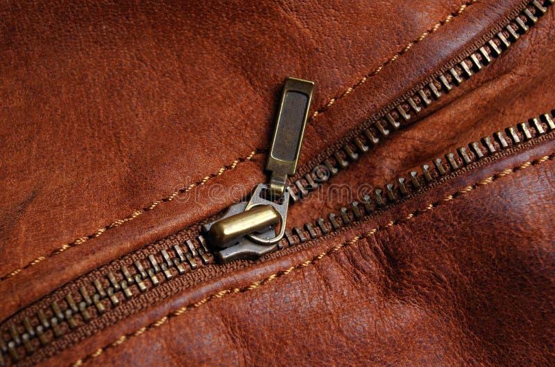 Zíper da luva de um casaco de cabedal marrom fotos de stock