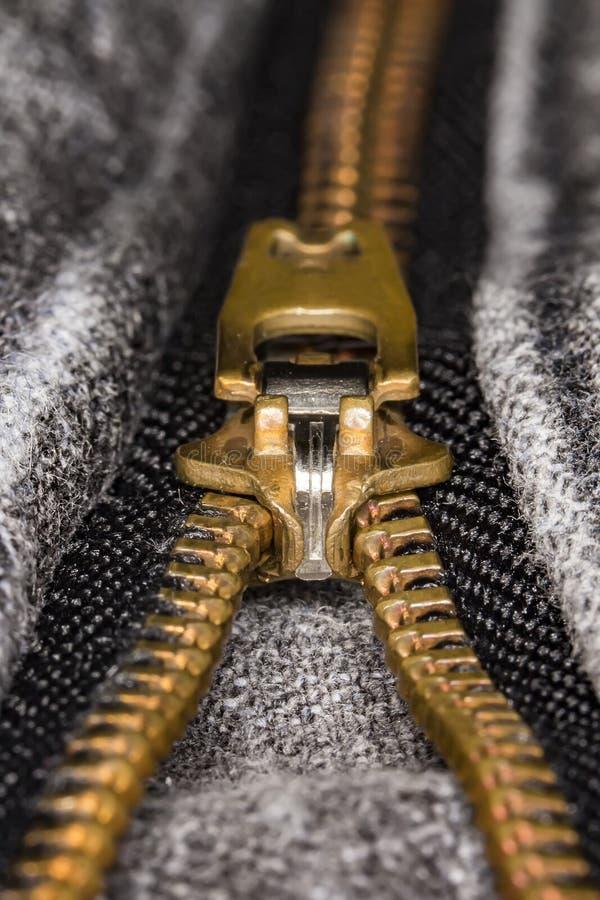 Zíper no fim preto do extremo das calças de brim acima fotos de stock