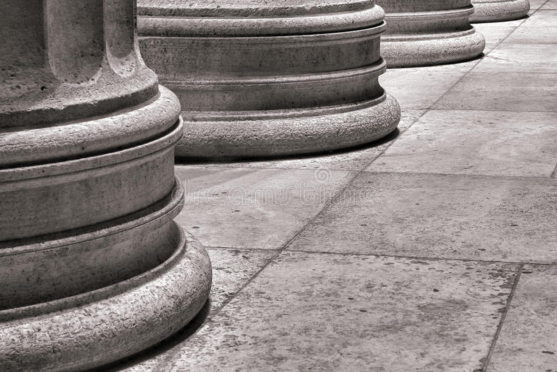 Zócalo arquitectónico de la columna en el suelo de losa de mármol imagenes de archivo