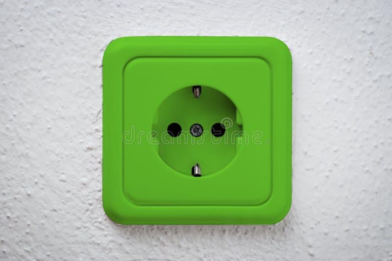 Download Zócalo verde en la pared imagen de archivo. Imagen de enchufe - 41908263