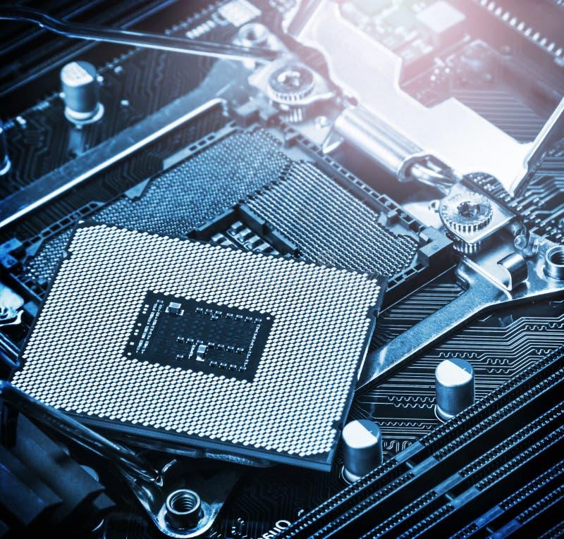 Zócalo y procesador de la CPU en la placa madre imagenes de archivo