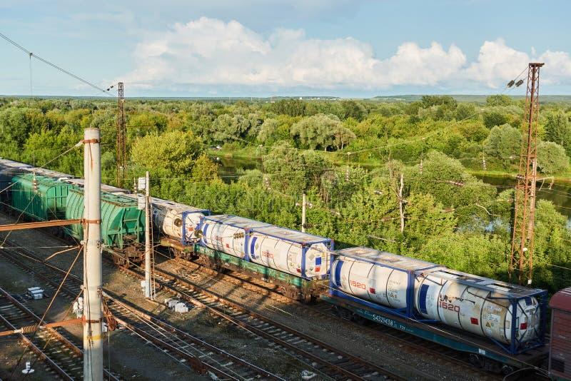 Züge auf der Eisenbahn mit der Fabrik im Hintergrund Schie?en von der H?he stockfotos