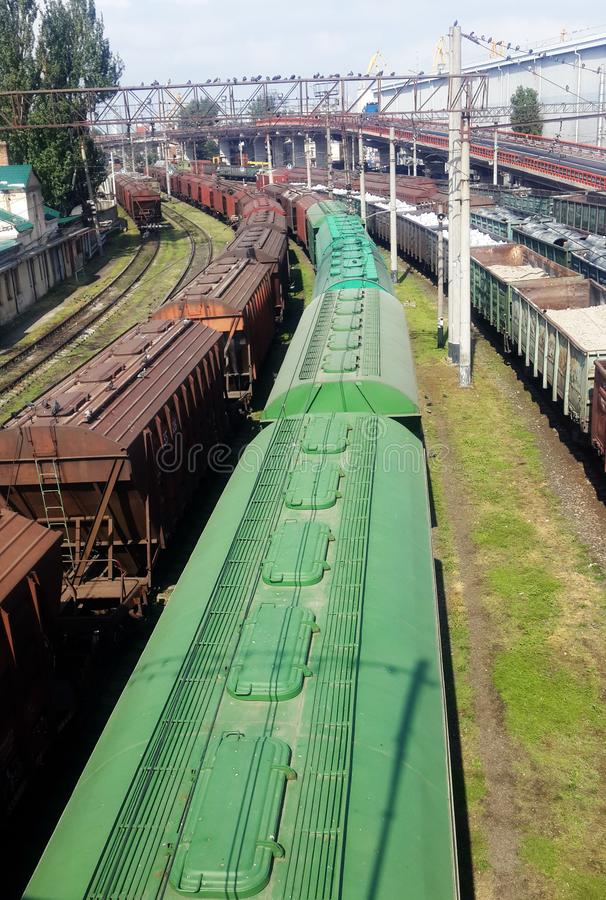 Züge auf Plattform nahe Seehafen stockfotos