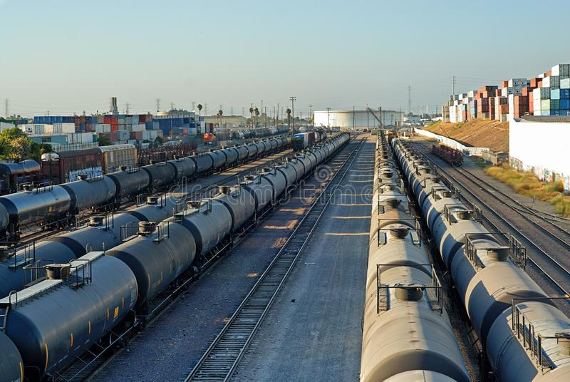 Züge, die Flüssigkeiten transportieren, in den Punkt eines großen Behälters zu verschmelzen stockfotos