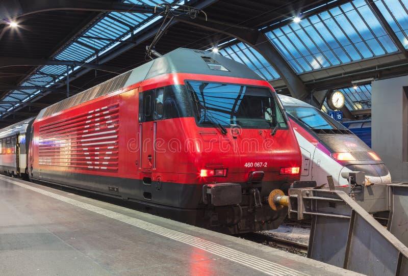 Züge an hauptsächlichbahnhof Zürichs lizenzfreie stockbilder