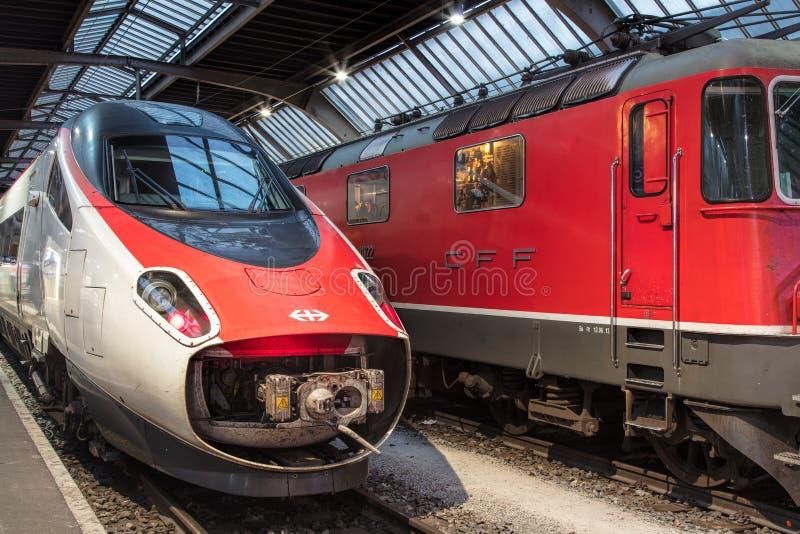 Züge an hauptsächlichbahnhof Zürichs lizenzfreie stockfotografie