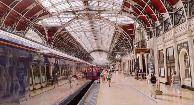 Züge und Passagiere in Paddington-Station, London stockfotos