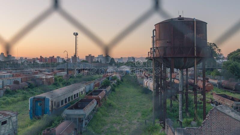 Züge, verlassene Straßen mit Stadt und Gebirgshintergrund lizenzfreie stockfotografie