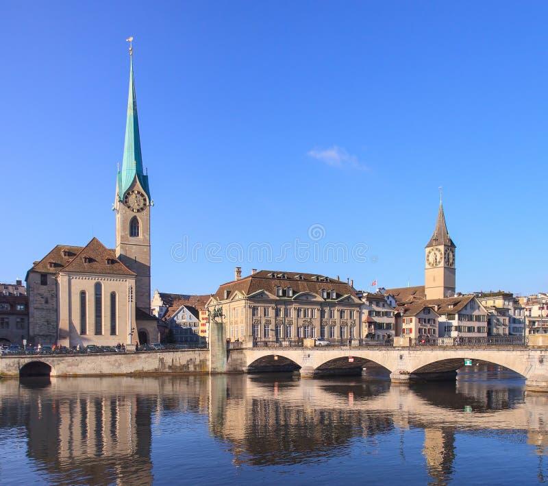 Zürich, Dame Minster und St. Peter Church lizenzfreies stockbild