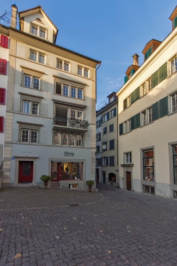 ZÜRICH, DIE SCHWEIZ - 28. OKTOBER 2015: Typische Straße mit alten Häusern in Zürich lizenzfreies stockfoto