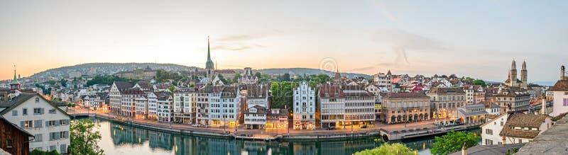 Zürich, HD-Panorama, alte Stadt und Limmat-Fluss bei Sonnenaufgang stockbilder