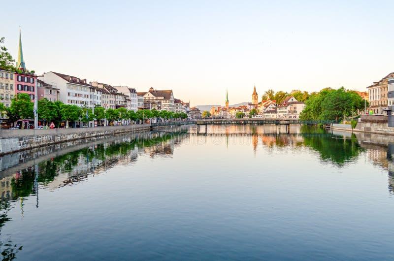 Zürich, oude stad en Limmat-rivier bij zonsopgang stock foto