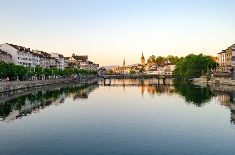 Zürich, oude stad en Limmat-rivier bij zonsopgang stock foto's