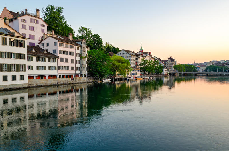 Zürich, oude stad en Limmat-rivier bij zonsopgang stock afbeeldingen