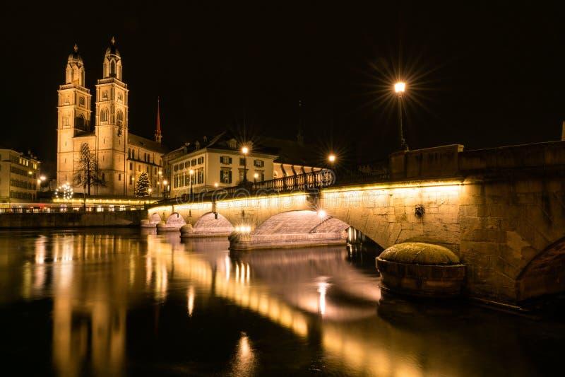 Zürich-Stadtbild nachts im Winter lizenzfreie stockfotos