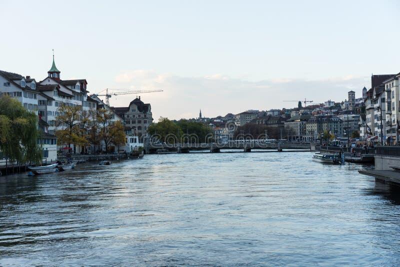 Zürich-Stadtzentrum mit Limmat-Flussansicht stockbilder