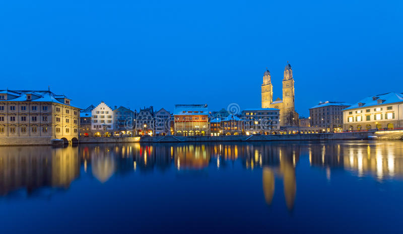 Zürich und der Limmat-Fluss nachts lizenzfreie stockfotos