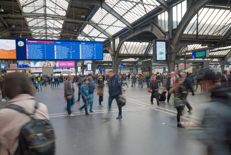 Zürich, ZH/die Schweiz - 8. April 2019: Zürich-Bahnhof und -züge, die mit den Pendlern und Leuten sich beeilen zu ihrem verlas stockfotos