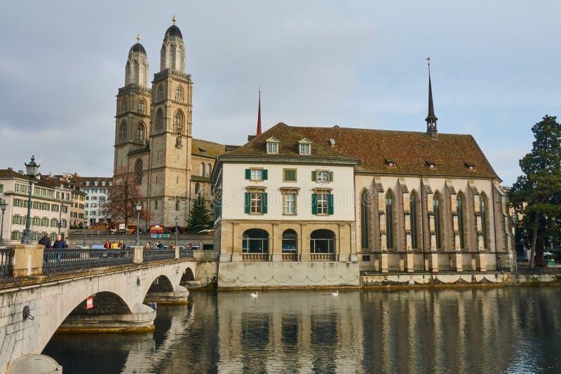 ZÜRICH, ZWITSERLAND - November 28, 2018: Weergeven van Grossmunster-Kerk en en de brug over de Limmat-rivier royalty-vrije stock afbeeldingen