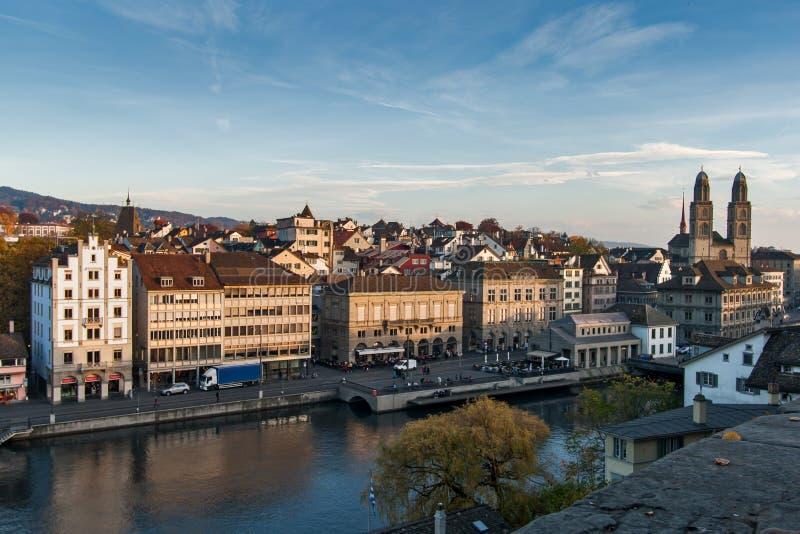 ZÜRICH, ZWITSERLAND - 28 OKTOBER 2015: Verbazend panorama van Stad van Zürich in Limmat-Rivier stock afbeelding