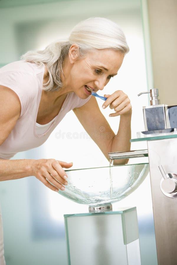 ząb kobiet szczotkuje do łazienki zdjęcia stock