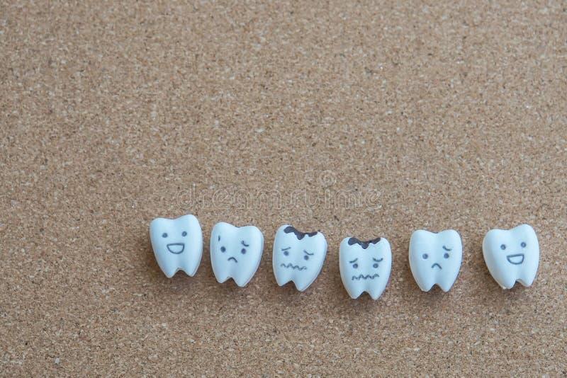 Ząb kreskówka zdrowie i gnijąca ikona na drewnianym korkowym tle dla dziecko edukaci zdjęcia royalty free