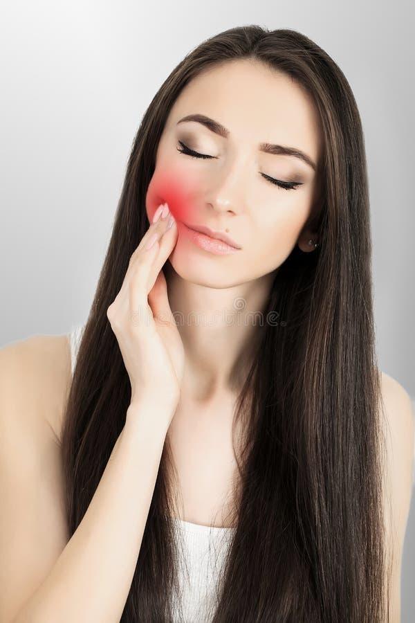 Zęby problemowi Kobieta zębu Czuciowy ból Zbliżenie Piękny Smutny dziewczyny cierpienie Od Silnego zębu bólu Atrakcyjny Żeński uc zdjęcia royalty free