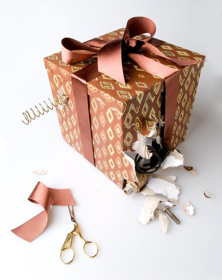 Zła, łamająca, niechciana teraźniejszość: uszkadzający prezenta pudełko z dżonką i gruzami wtyka z go zdjęcie royalty free