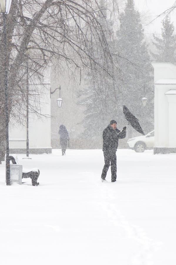 Zła pogoda w mieście: miecielica w zimie i, pionowo zdjęcia royalty free