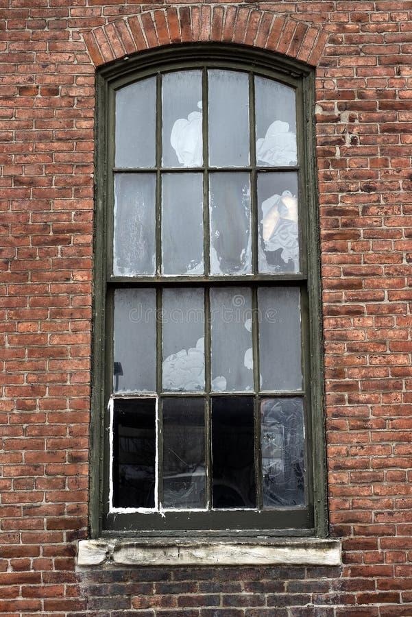 Złamane okna w opuszczonym budynku fabryki cegieł w mieście obrazy stock