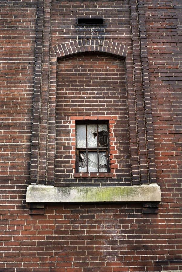 Złamane okna w opuszczonym budynku fabryki cegieł w mieście zdjęcie stock