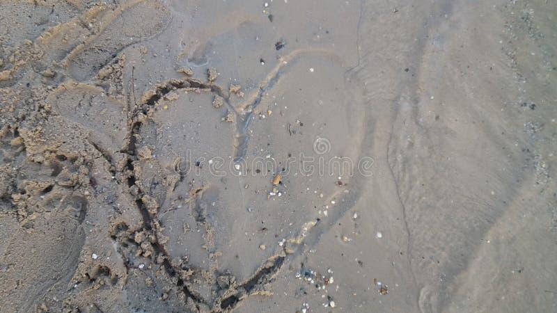 Złamane serce rysujący w piasku fotografia stock