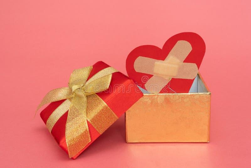 Złamane serce w prezenta pudełku obrazy stock