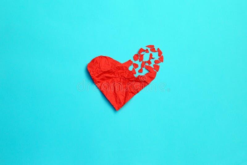 Złamanego serca rozbicia pojęcia rozwodu i rozdzielenia ikona Rewolucjonistka miął papier kształtującego jako poszarpana miłość n fotografia stock