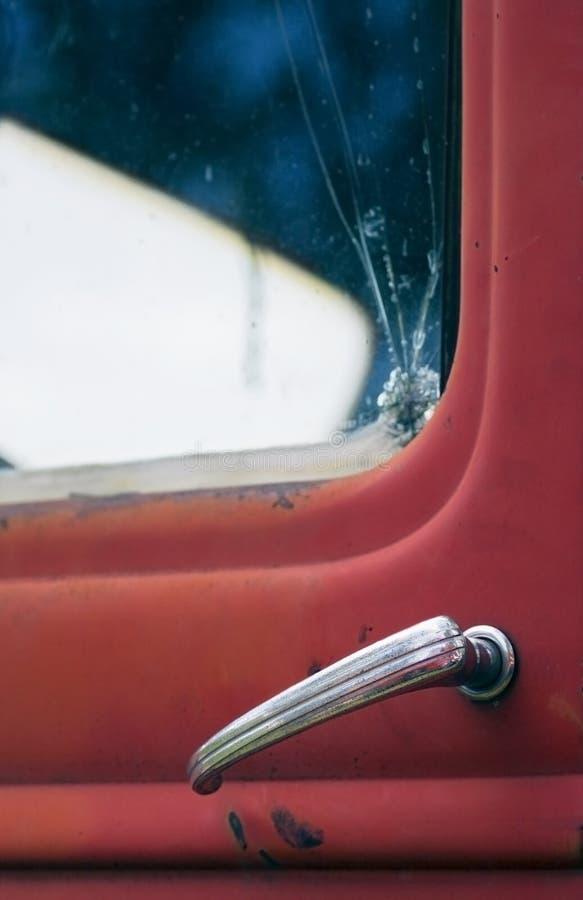 złamany doorhandle czerwonym ogniska ciężarówki przez okno fotografia royalty free