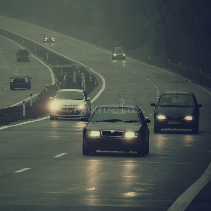 Złej pogody jeżdżenie - mgłowa mgława wiejska droga Autostrada - drogowy ruch drogowy kwiat czasu zimy śniegu obrazy royalty free