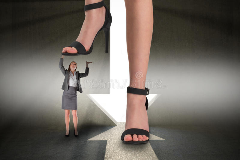 Złożony wizerunek żeńscy cieki w czarnych sandałach stoi na bizneswomanie obrazy stock