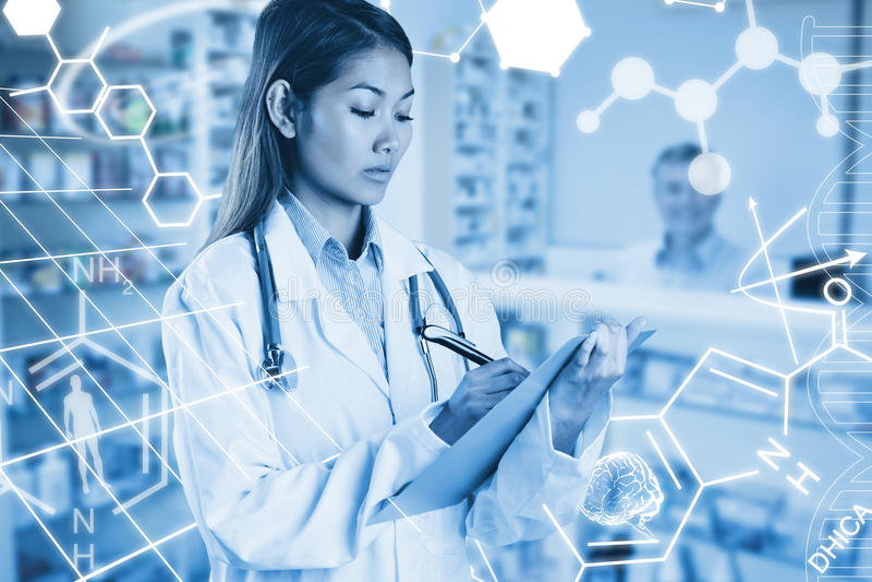 Złożony wizerunek azjata lekarki writing na kartotekach zdjęcie royalty free