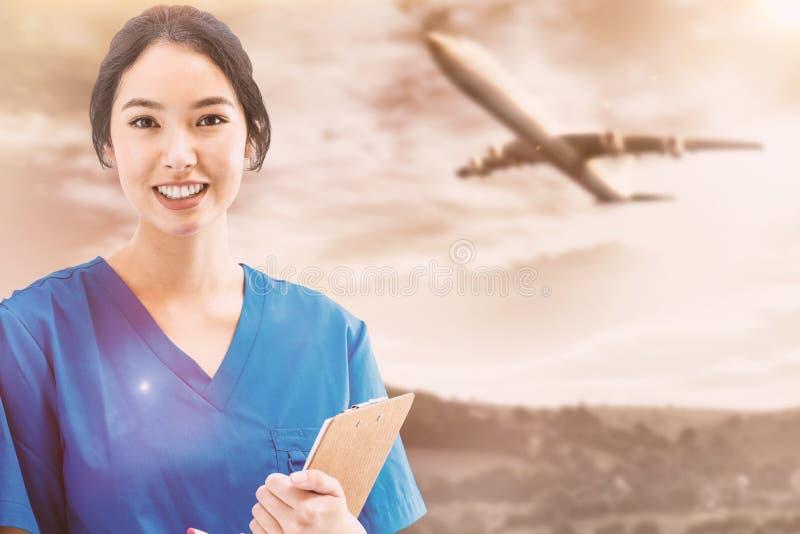 Złożony wizerunek azjatykcia pielęgniarka patrzeje kamerę przeciw białemu ekranowi z stetoskopem zdjęcia royalty free