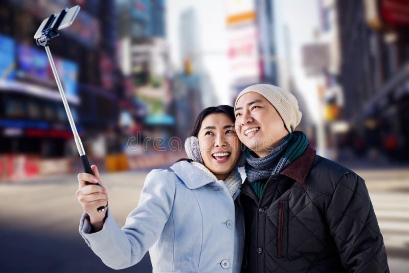 Złożony wizerunek bierze selfie uśmiechnięta para fotografia royalty free