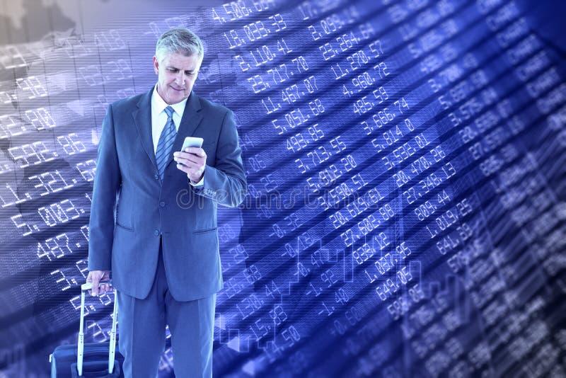 Złożony wizerunek biznesmena odprowadzenie z bagażem i używać jego smartphone obraz stock