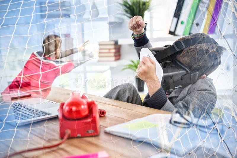 Złożony wizerunek chłopiec naśladowania biznesmen używa rzeczywistości wirtualnej słuchawki obrazy royalty free