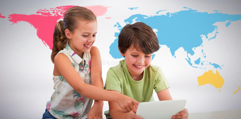 Złożony wizerunek chłopiec z siostrą używa cyfrową pastylkę obraz royalty free